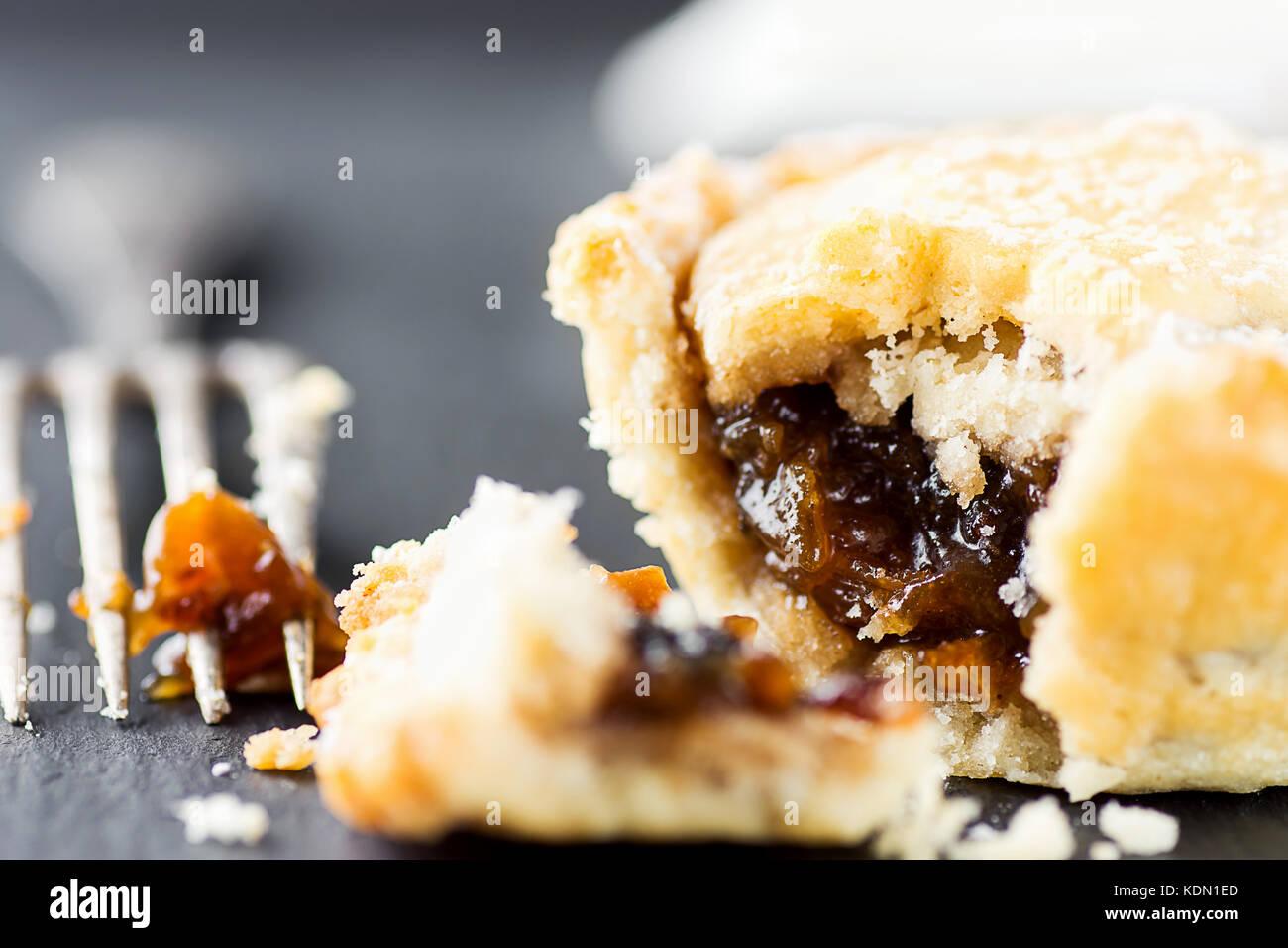 Traditionelle britische Weihnachten Backwaren Dessert hausgemachte Torte mit Apfel Rosinen Nüsse füllen. Öffnen Stockfoto