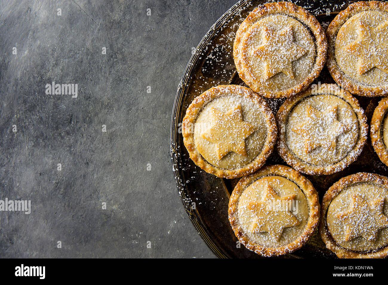Traditionelle britische Weihnachten Backwaren dessert Hausgemachte mince pies mit Apple Rosinen Nüsse füllen golden Stockfoto