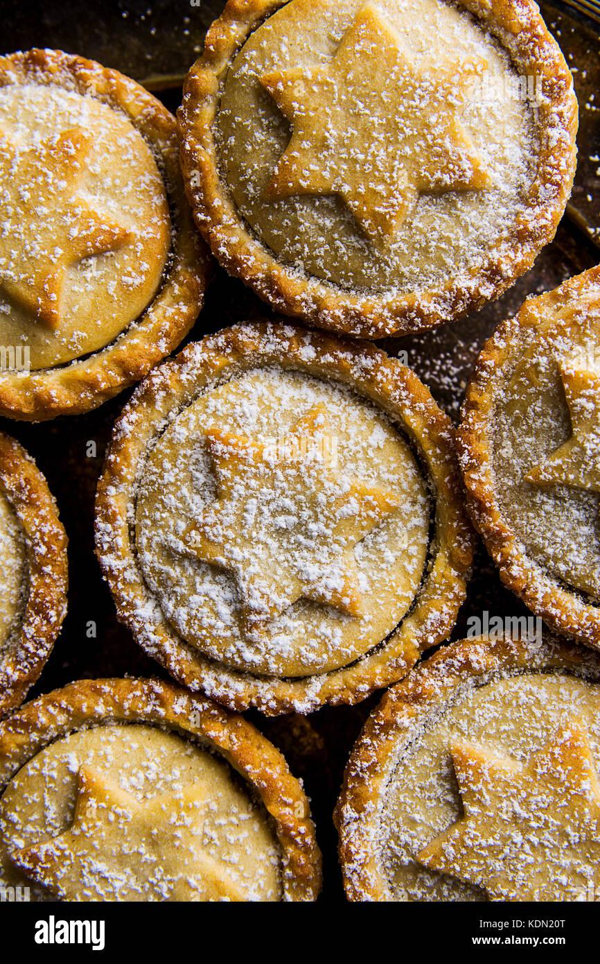 Traditionelle britische Gebäck nachtisch Weihnachten Home gebackene mince pies mit Apple Rosinen Nüsse füllen golden Stockfoto