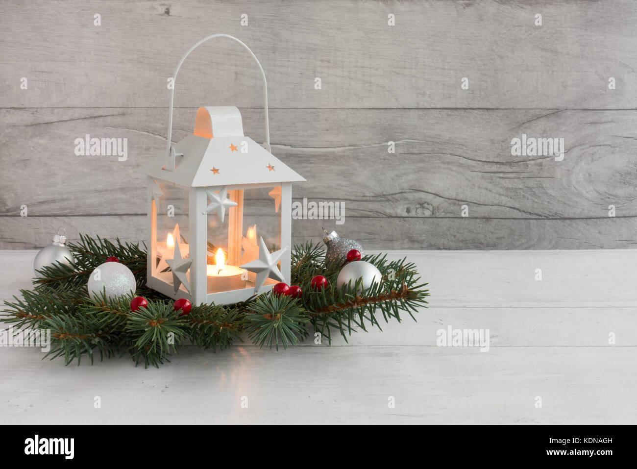 Wei e weihnachten laterne mit kerzenlicht auf tanne zweige mit christbaumkugeln auf grau holz - Christbaumkugeln grau ...