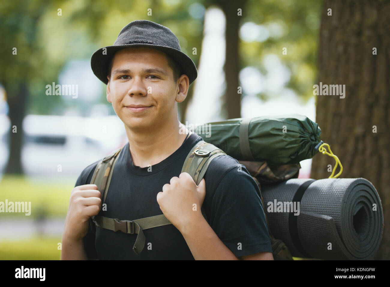 Porträt eines jungen Mannes Touristen in Hut mit Rucksack outdoor Stockbild