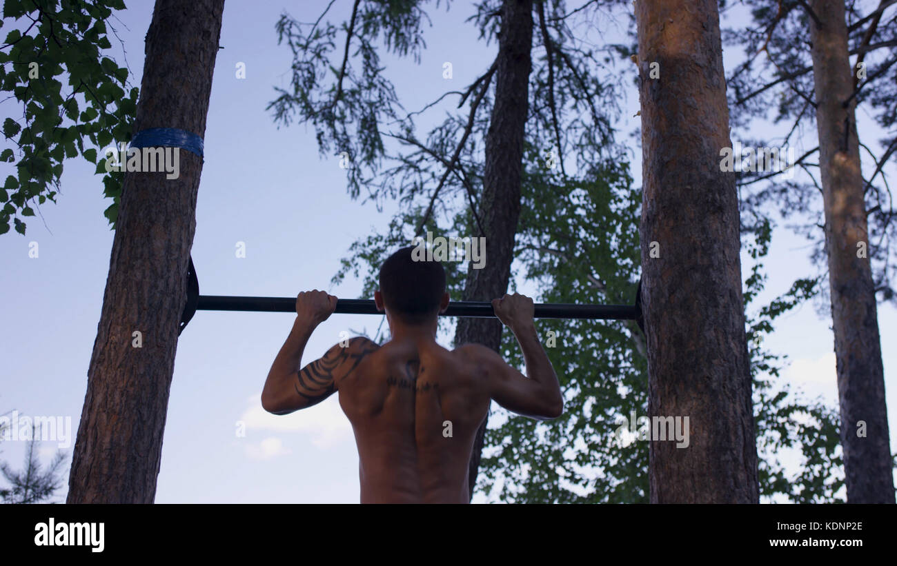 Ruckansicht Des Tatowierten Mann Tun Pull Ups Beim Workout Im