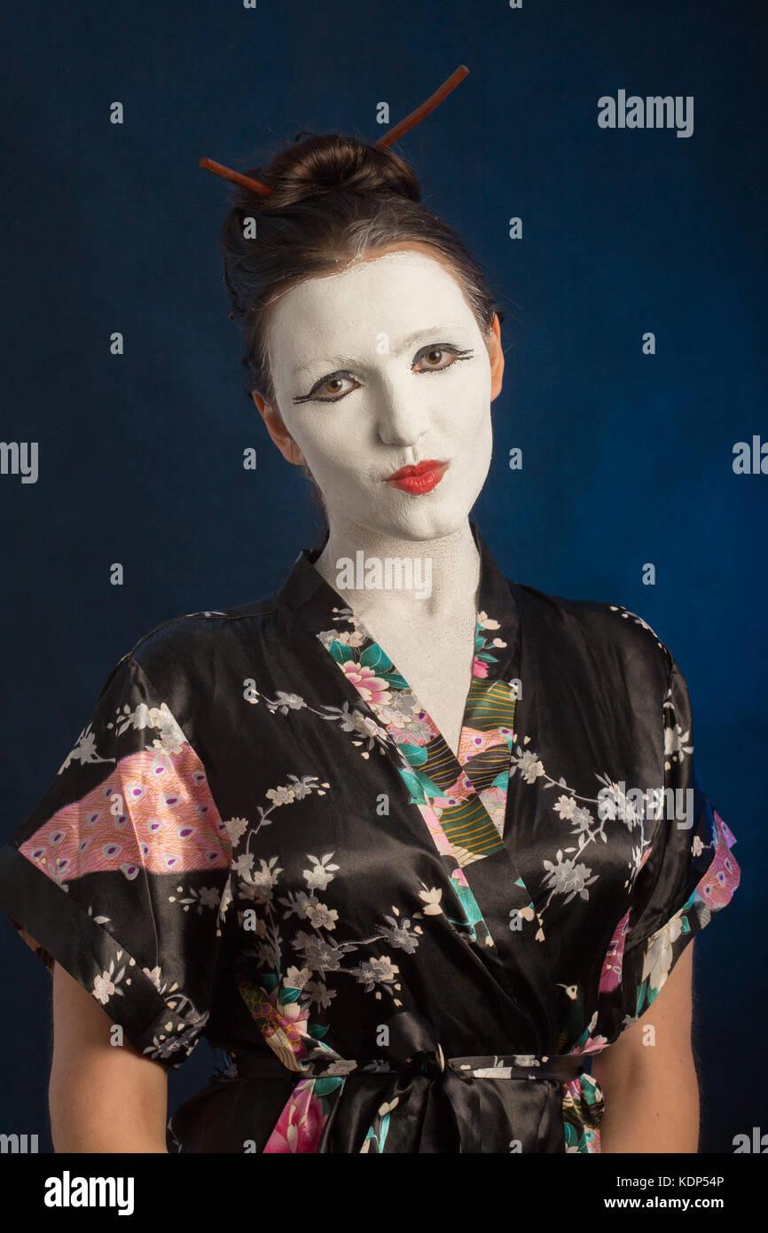 Mädchen In Asiatischen Kleid Mit Weißen Geknackt Make Up Auf Blauem