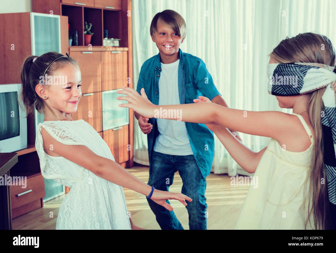 Mit verbundenen Augen kleine Mädchen fangen fröhliche