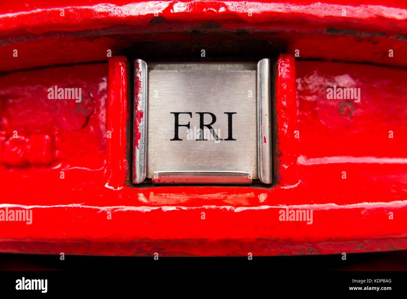 Tag der Woche schreiben Ansammlung Platte/nächste Sammlung Zeichen auf rotem GPO letterbox/Säule. de. Stockbild