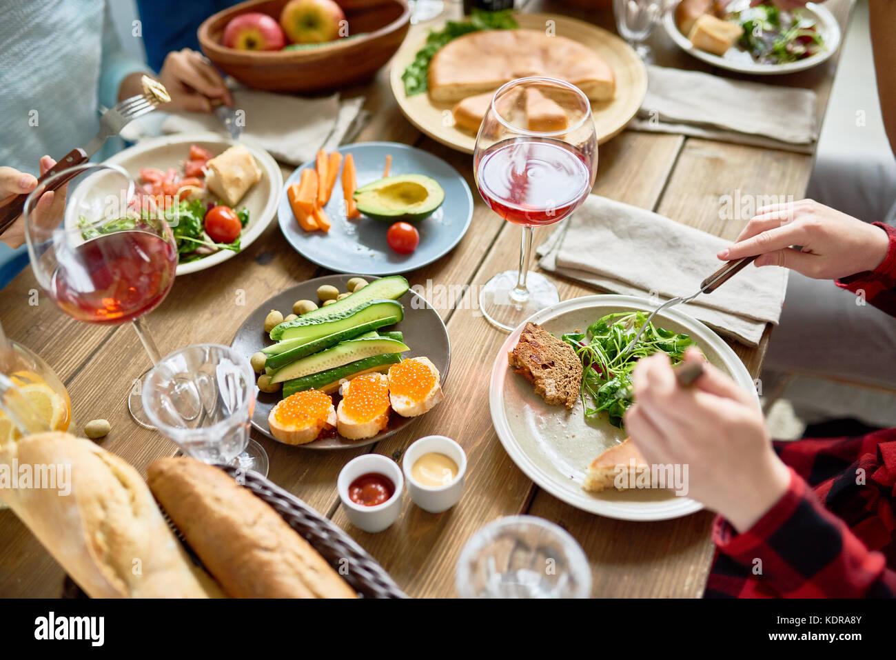 Leute genießen köstliches Abendessen Stockbild