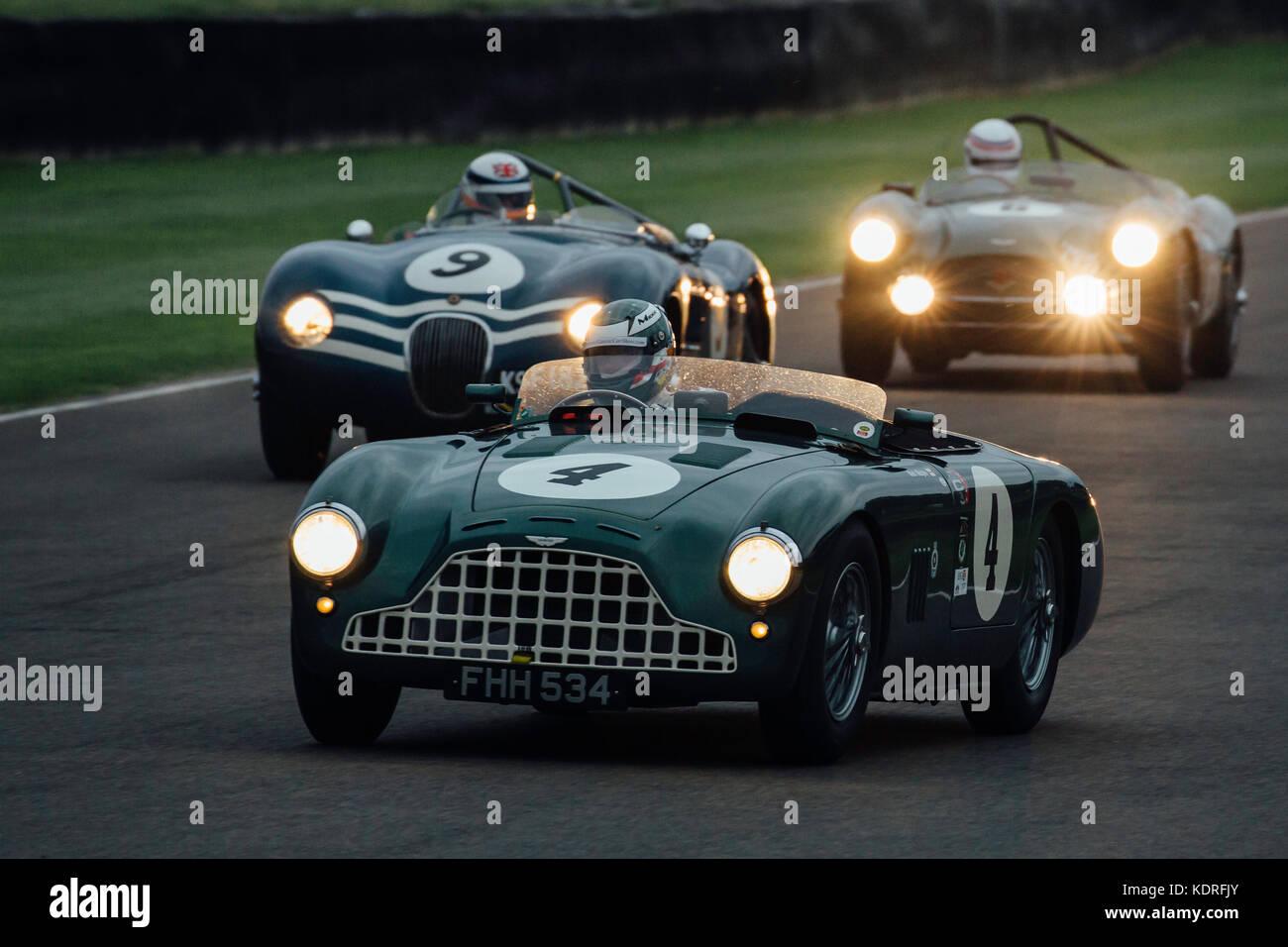 Aston Martin führt Jaguar in Goodwood nfreddie März Memorial Trophy Stockbild