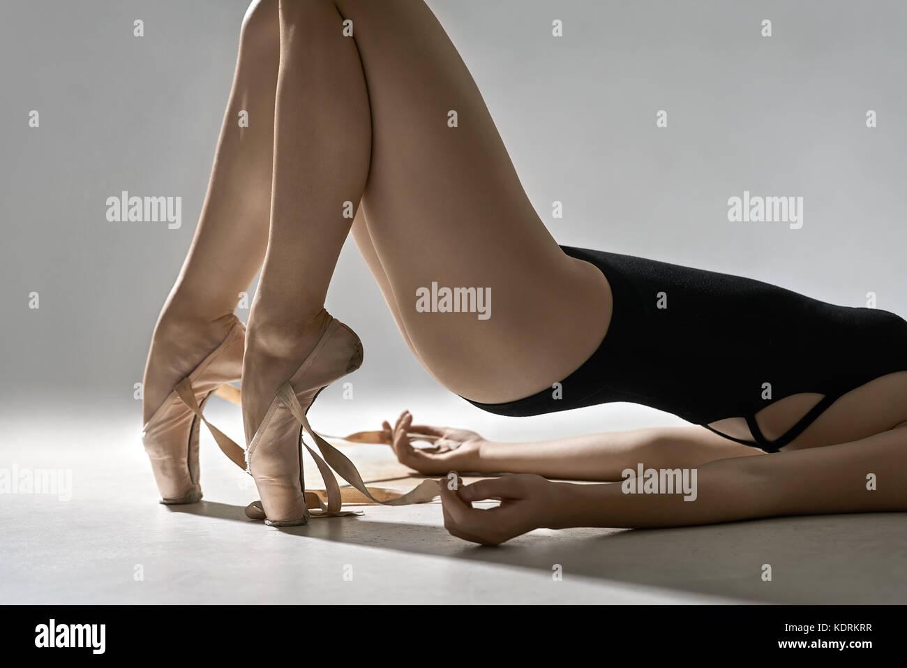 Ballett-Tänzerin posiert im studio Stockbild