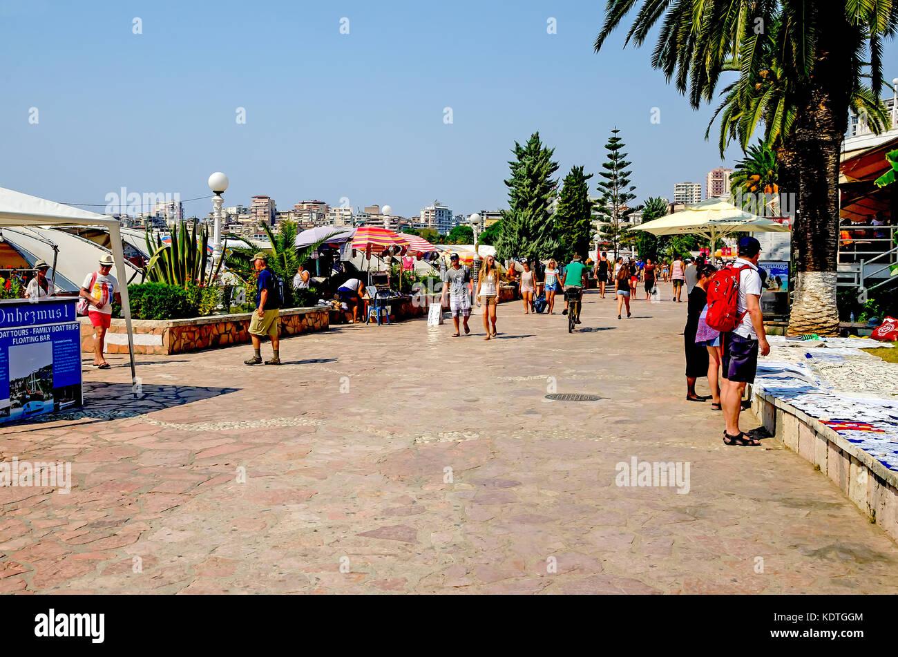 Die Strandpromenade mit Sonnenschirmen, Vlore, Sarande, Vlore County, Albanien. Stockbild