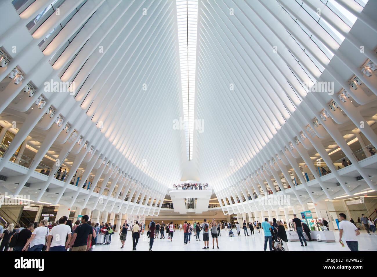 Die beeindruckende Architektur des Oculus am World Trade Center Verkehrsknotenpunkt in New York City, United States Stockbild