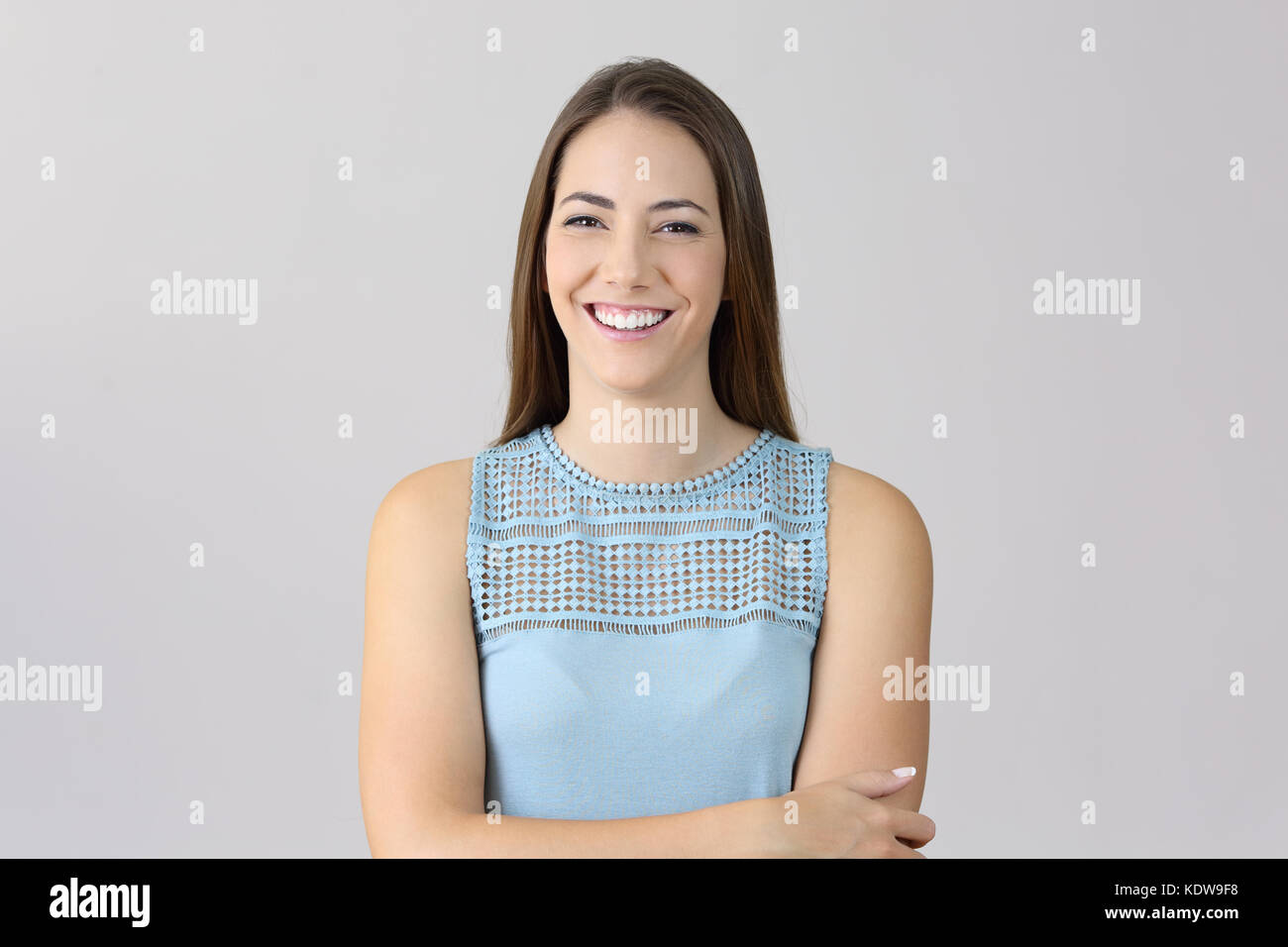 Vordere Porträt einer Frau falten Arme zu Ihnen schauen auf grauem Hintergrund Stockbild
