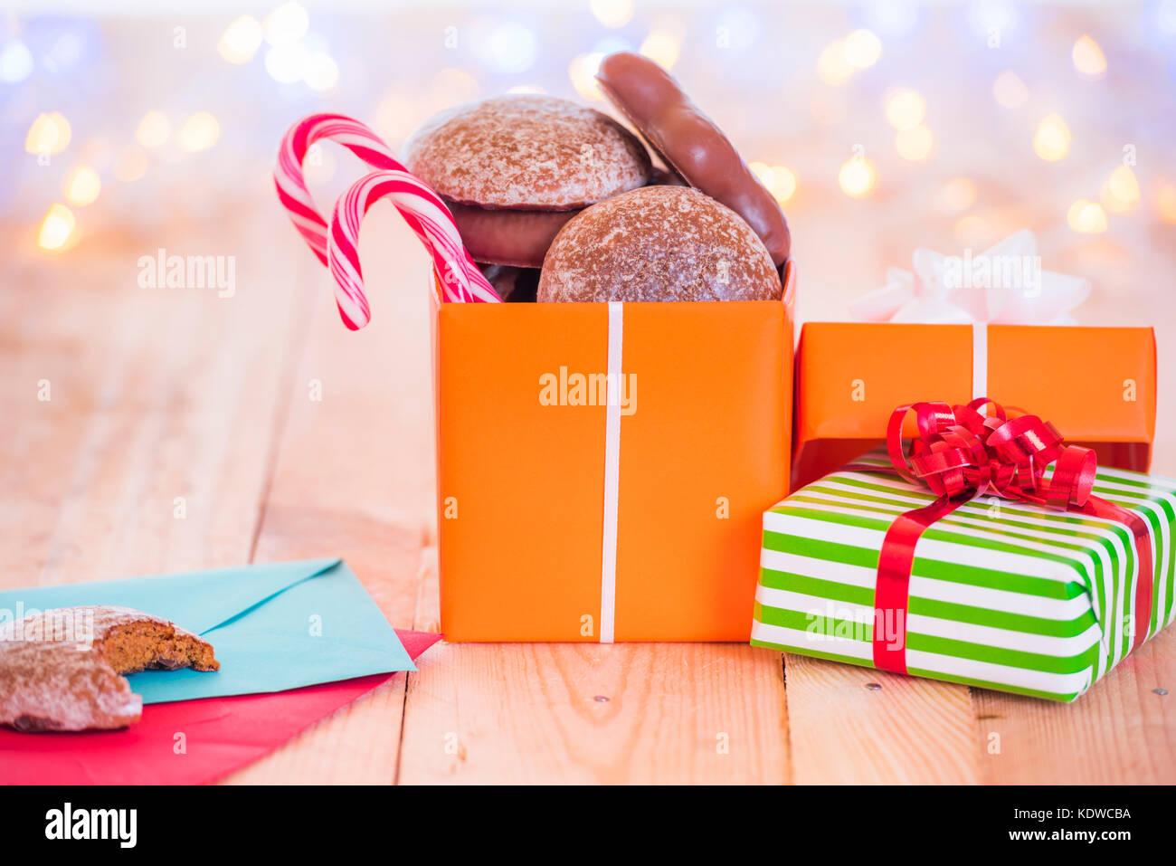 Viele eingepackten Geschenke und eine geöffnete Geschenk voll mit ...