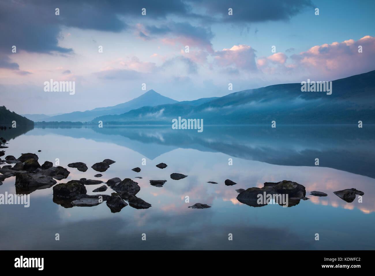 Schiehallion spiegelt sich in Loch Rannoch in der Morgendämmerung, Perthshire, Schottland, Großbritannien Stockbild