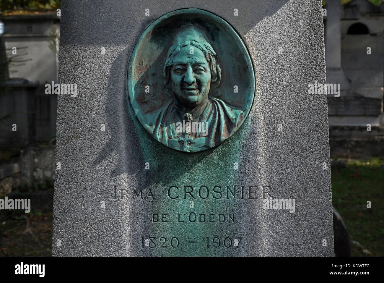 Das Grab der französischen Schauspielerin Irma Crosnier (1820-1907), der mit einer bronzenen Medaille von Albert Stockbild