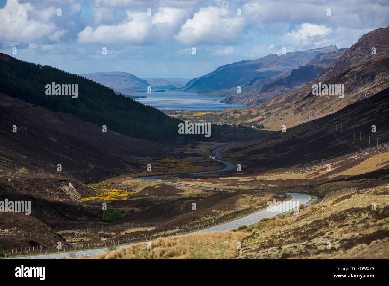 Glen docherty und der Straße nach Kinlochewe, Wester Ross, Schottland Stockbild