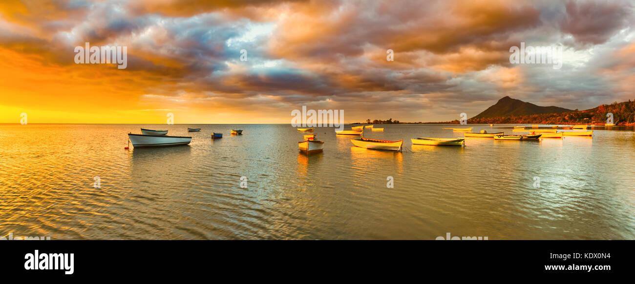 Fischerboote bei Sonnenuntergang Zeit. erstaunliche Landschaft. Mauritius. panorama Stockbild