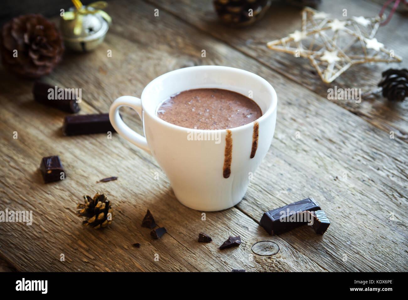Heiße Schokolade und schokolade Stücke über rustikal Hintergrund. hausgemachte heiße Schokolade Stockbild