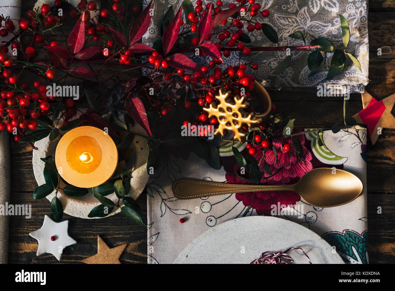 Der Weihnachten.Kerze Auf Der Weihnachten Tabelle Durch Festliche Dekoration