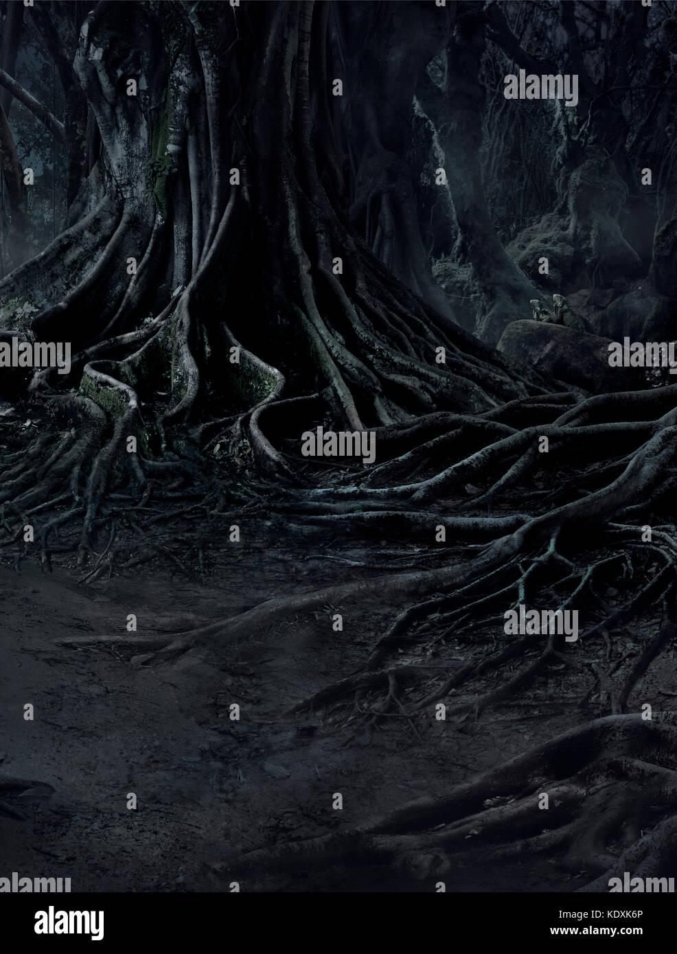 Creepy Bäume mit twisted Wurzeln und zwei Echse auf nebligen Nacht Wald. scary Konzept. Stockbild