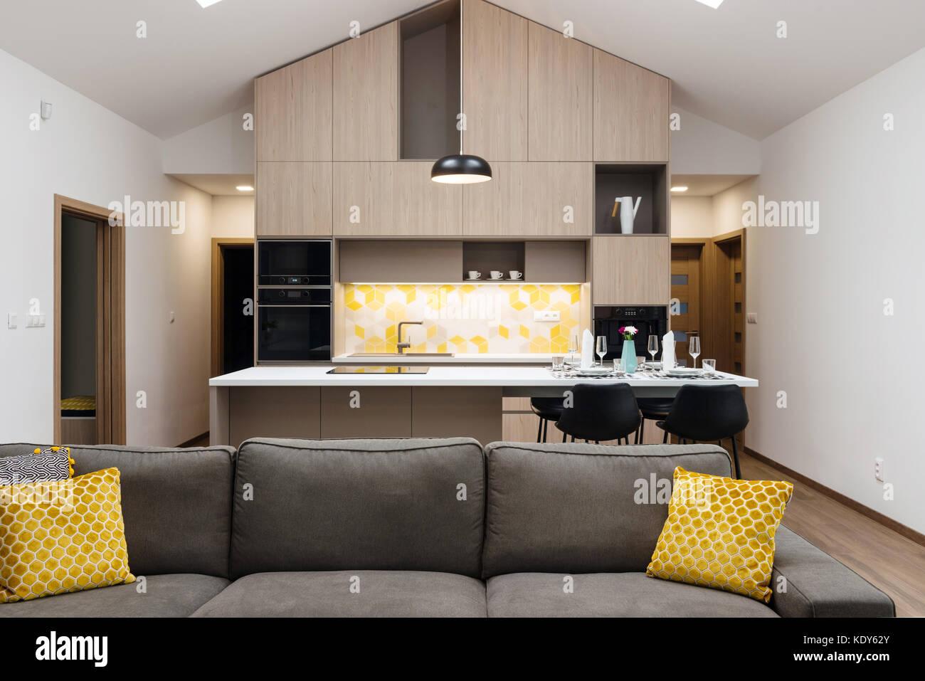 Wohnzimmer mit Küche im Hintergrund verbunden, moderne Haus innen ...
