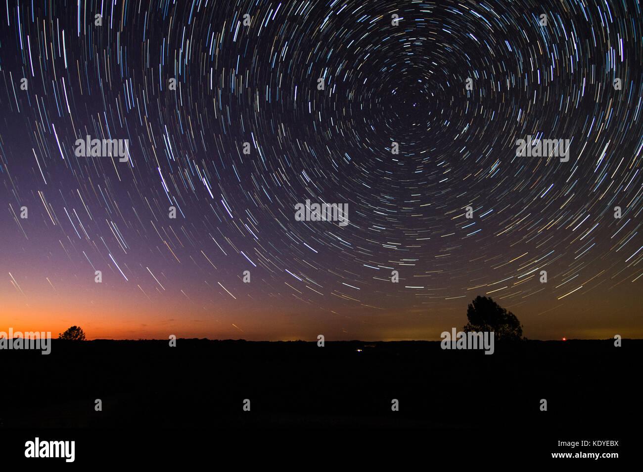 Star Trails der Rotation der Erde illustrieren. Stockbild