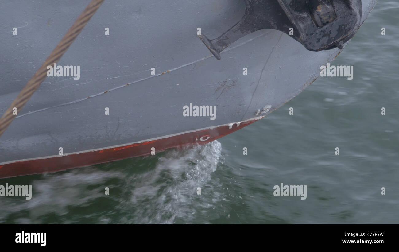 Die Nase des Schiffes liegt in der Nähe. sea Liner oder Frachtschiff mit einem Seil fest oder zu einem Hafen Stockbild