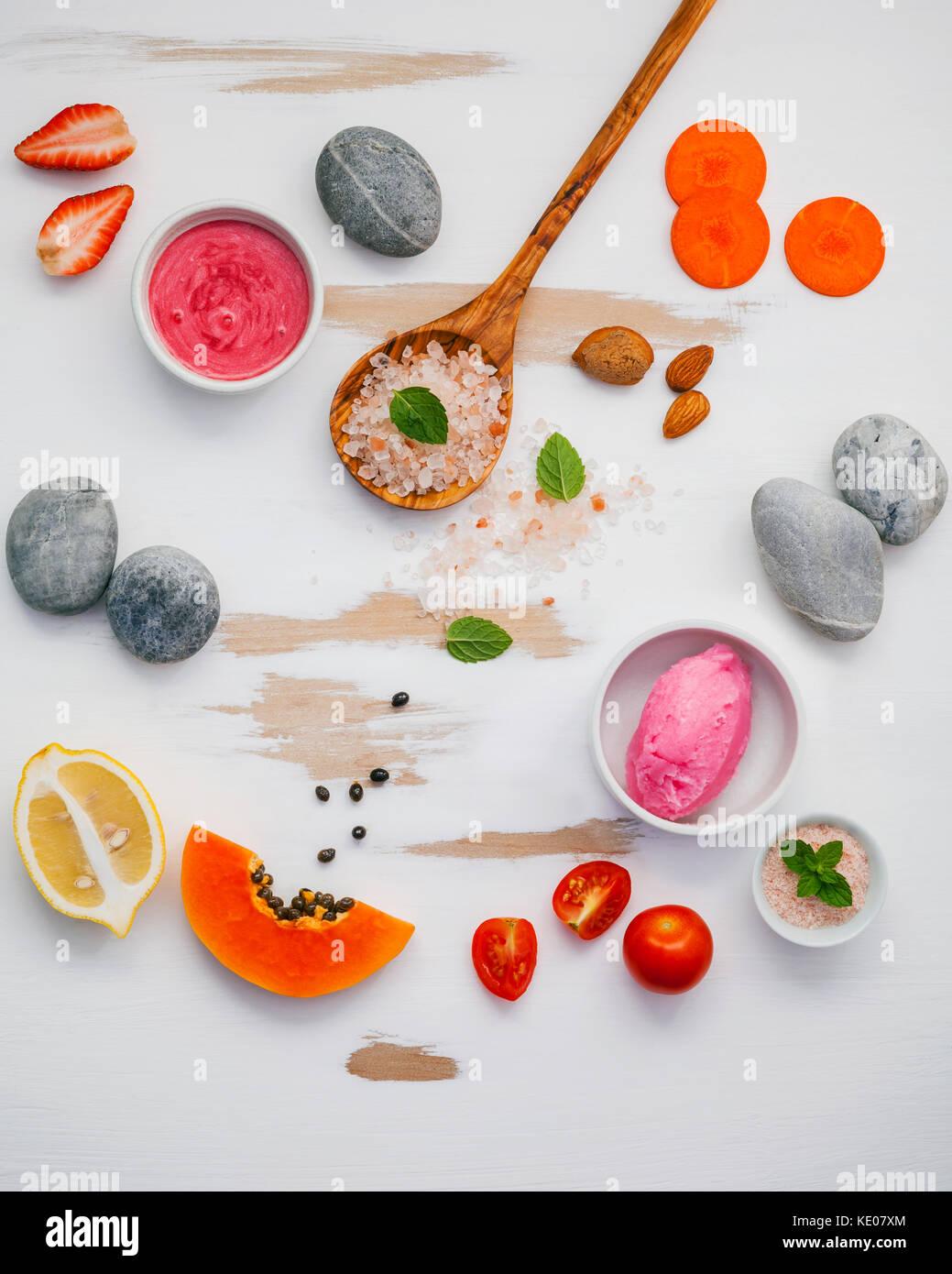 Hausgemachte Hautpflege und Körperpeelings mit roten natürliche Zutaten Erdbeeren, Tomaten, Himalaya-Salz, Stockbild