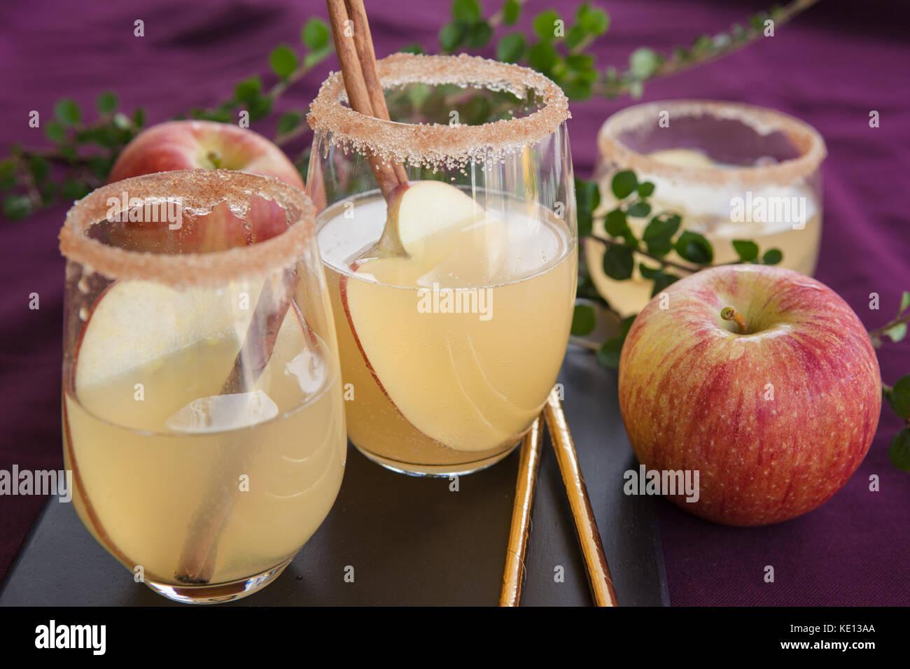 Fruchtiger Cocktail mit Apfel und Zimt sticks Stockbild