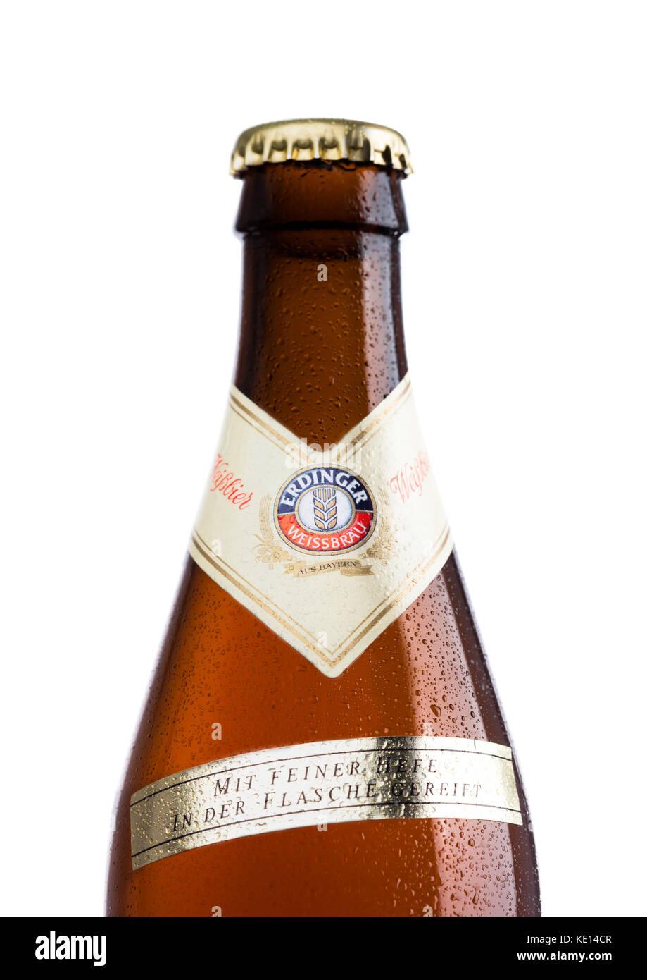 London, UK, 15. März 2017: Flasche Erdinger Weißbier auf weißem Hintergrund. erdinger ist das Produkt Stockbild