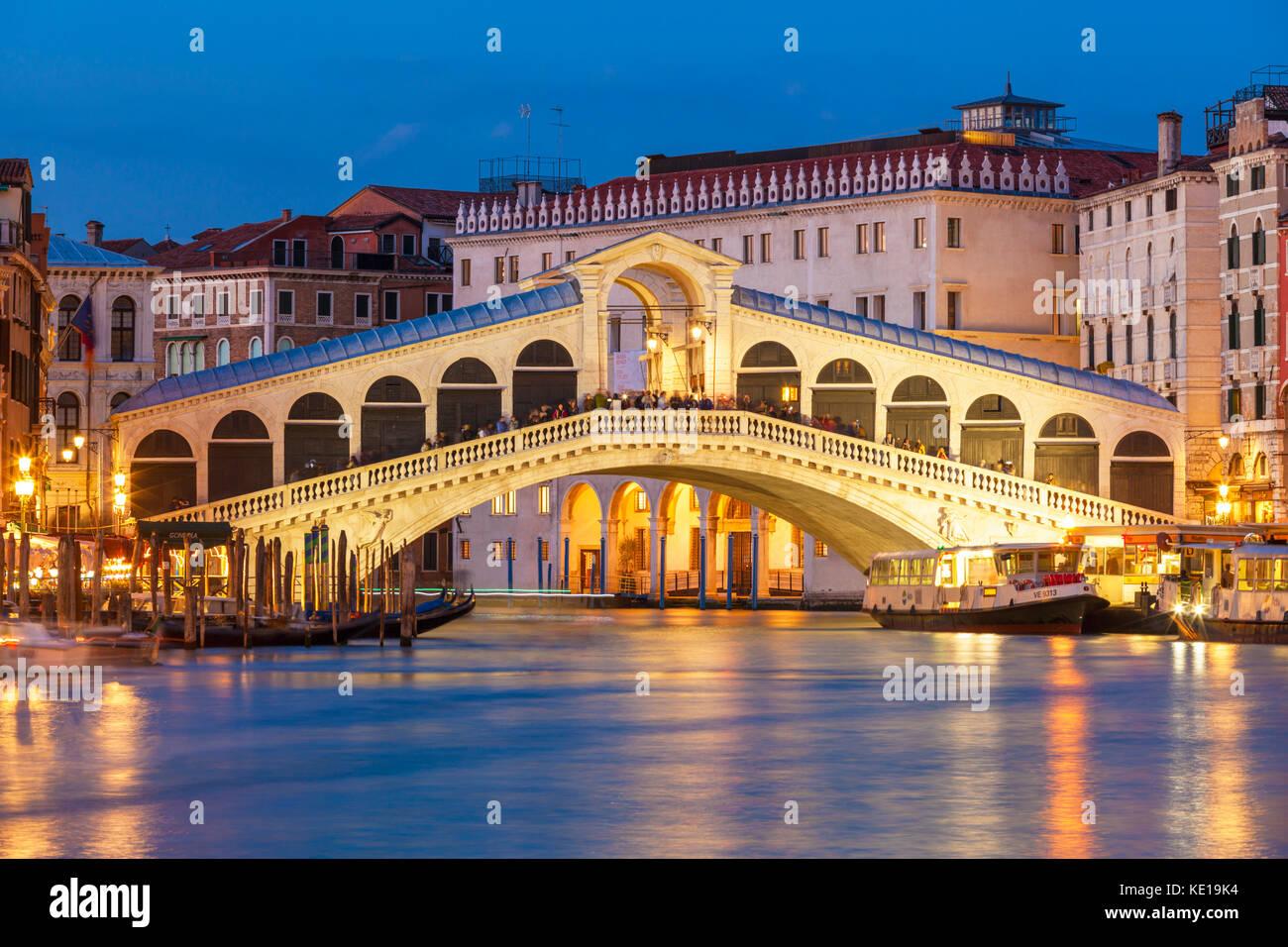 Italien Venedig Italien Gondelfahrt Italien Venedig Canal Grande Venedig Rialto Brücke bei Nacht beleuchtet Stockbild