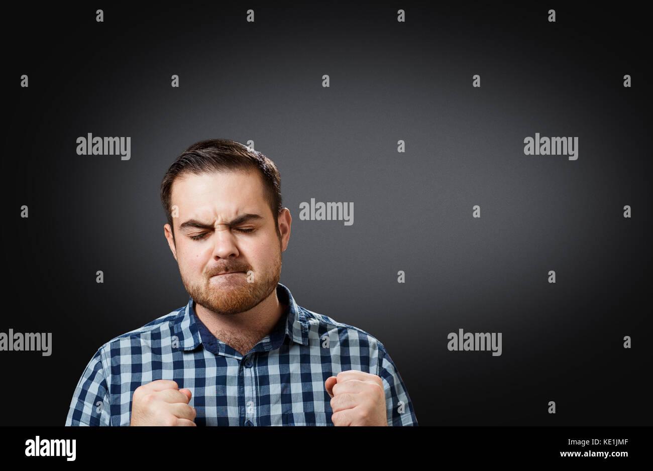 Porträt Mann writhing in Schmerz im Kopf Stockbild