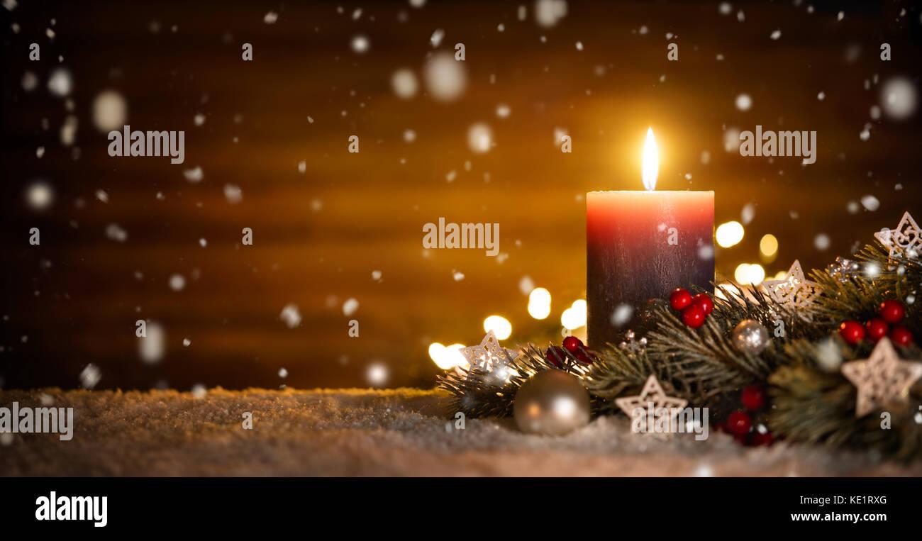 Brennende Kerze, Weihnachtsdekoration Und Holz  Hintergrund In Fallenden  Schnee, Elegante Low Key Shot Mit Festlichen Stimmung