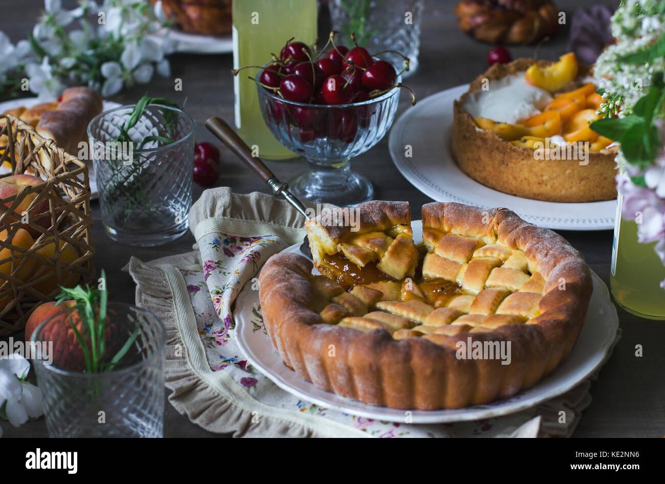 Hausgemachte Kuchen, Gebäck und Speisen auf dem festlichen Tisch Stockbild