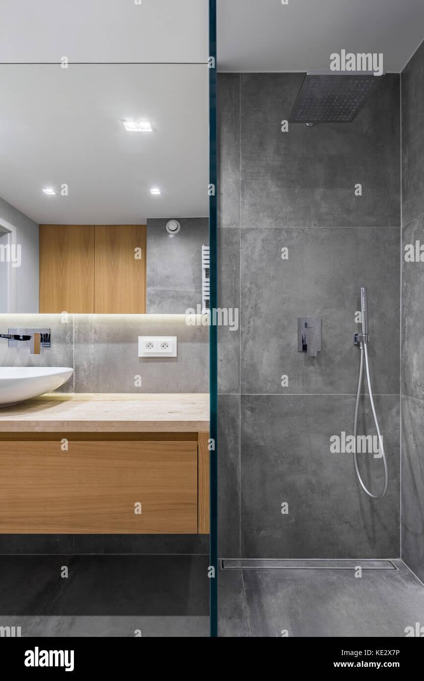 Grau Bad mit ebenerdiger Dusche, Spiegel und Arbeitsplatte ...