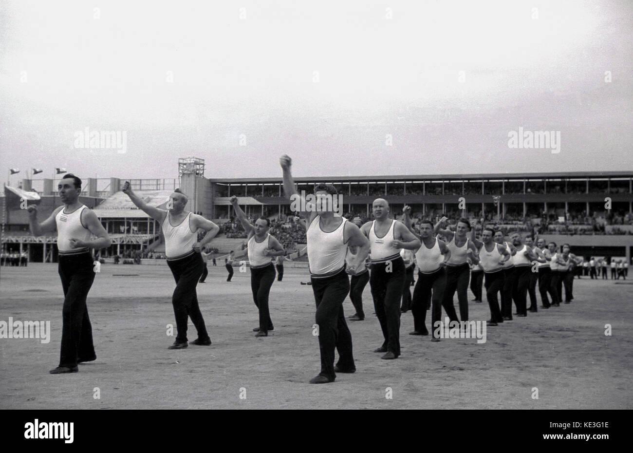 1938. Historische, Sport, männliche Teilnehmer an der massiven Stadion Strahov, Prag, Tschechoslowakei, der Stockbild