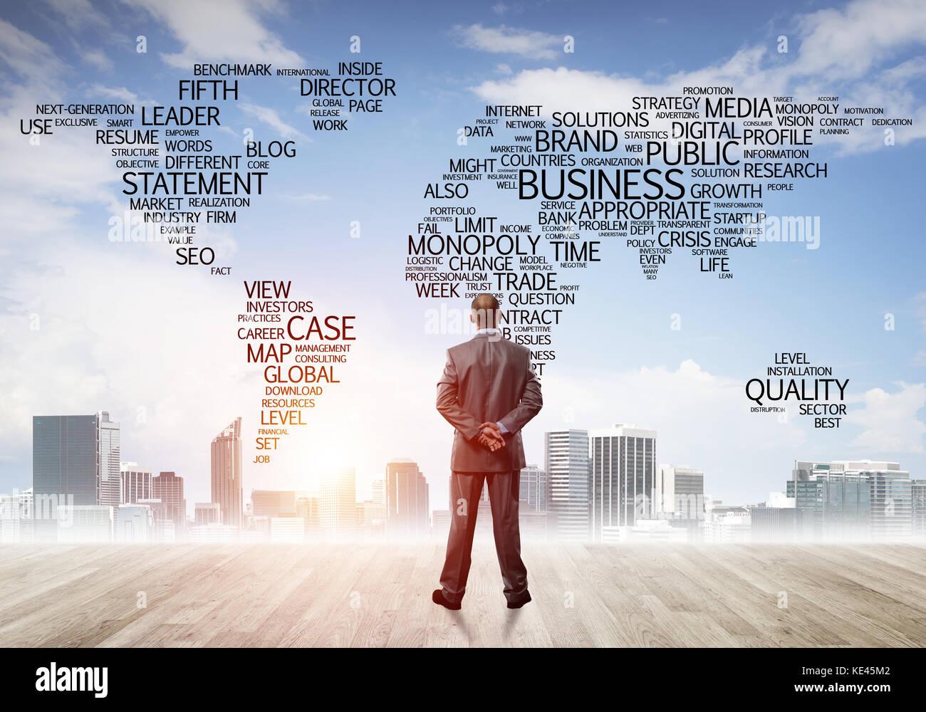 Motivation und Inspiration Konzept mit modernen Stadtbild und Geschäftsmann beobachten Stockfoto