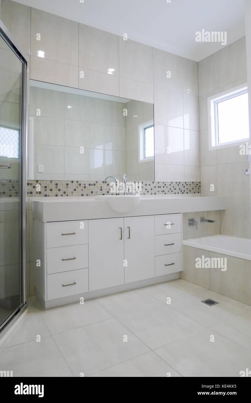 Granit Arbeitsplatte im Badezimmer mit gefliesten Wänden und Böden