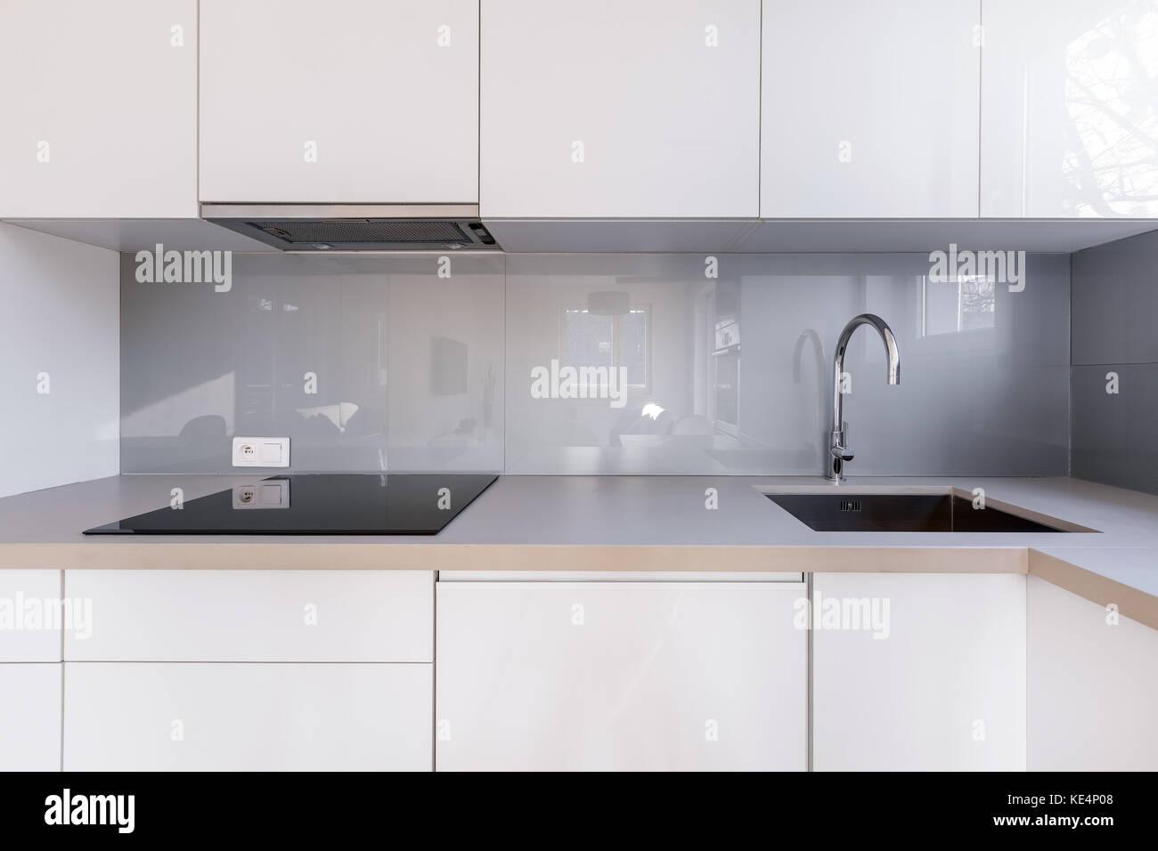 Weiße Küche Mit Grauen Backsplash, Waschbecken Und Induktionsherd