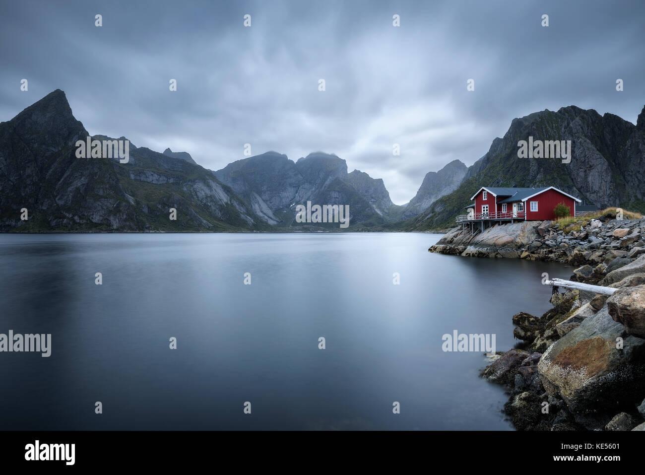 Traditionelles rotes rorbu Ferienhaus in Dorf, hamnoy Lofoten Inseln, Norwegen Stockfoto