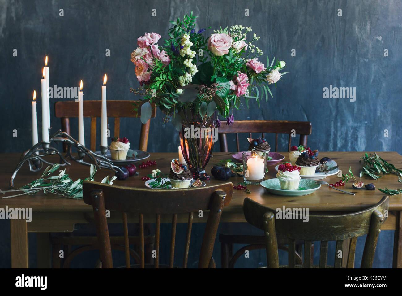 Die Festliche Tischdekoration Mit Blumen Blumenstrauss Kerzen Und