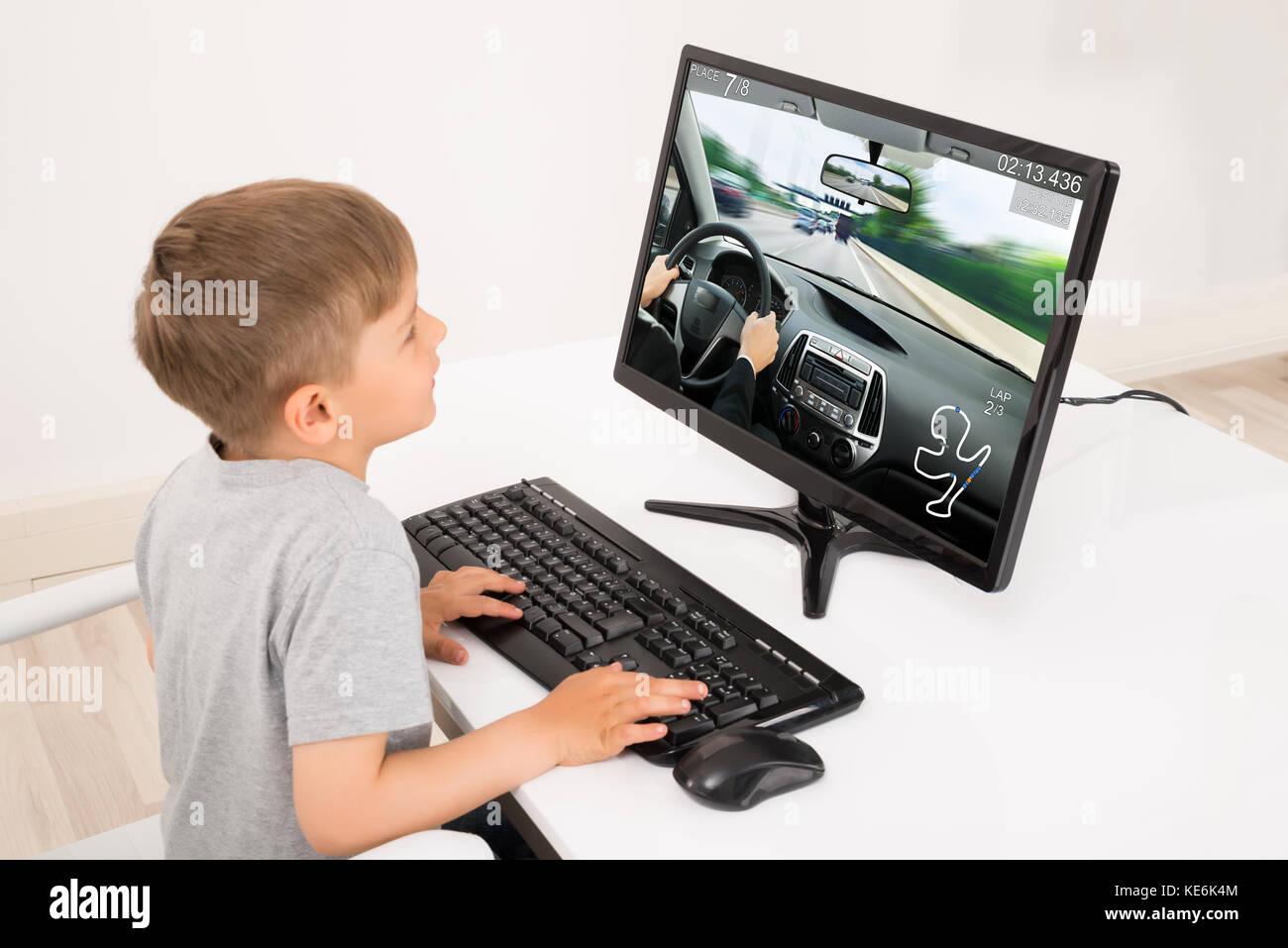 little boy spielen auto spiel auf computer zu hause