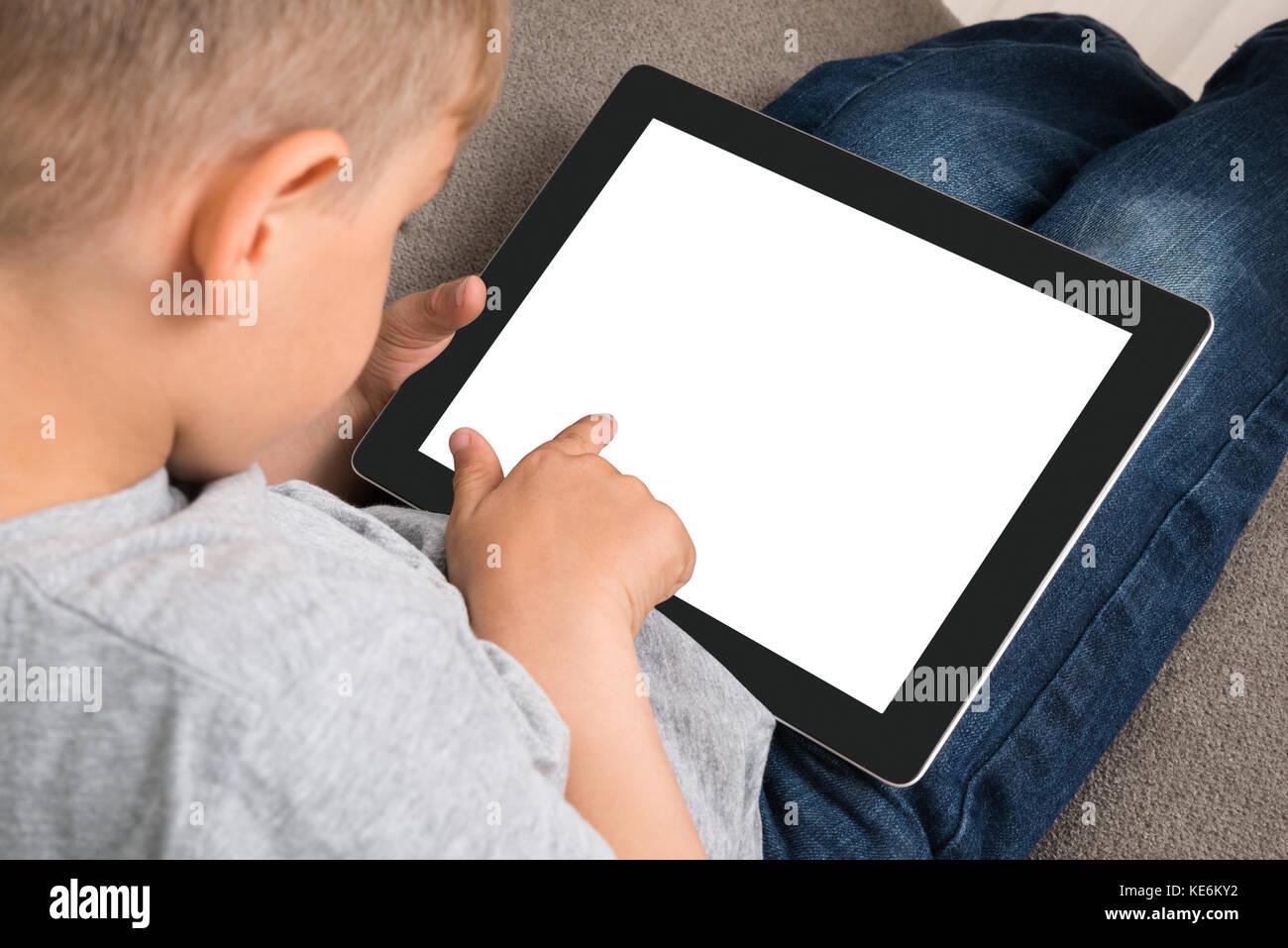 Close-up von niedlichen kleinen Jungen mit digitalen Tablet mit leerer Bildschirm Stockfoto