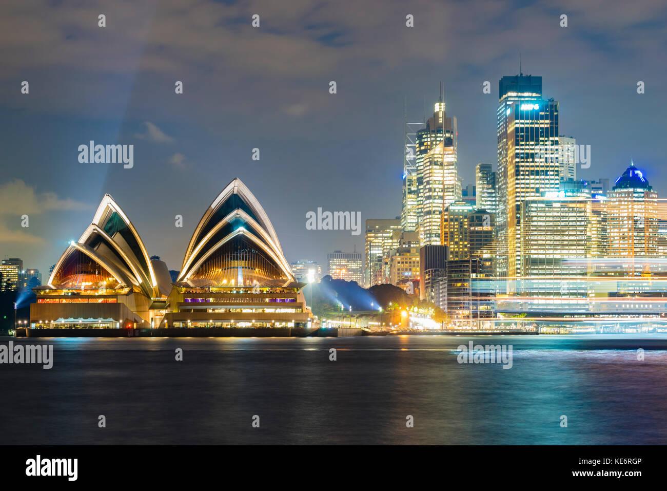 Sydney Opera House und Cbd bei Nacht Stockbild