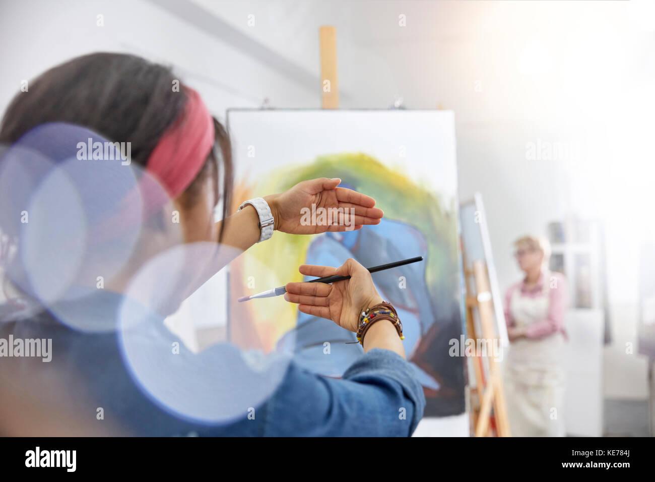 Künstlerin, Gestik, Framing Malerei auf staffelei in der Kunst ...