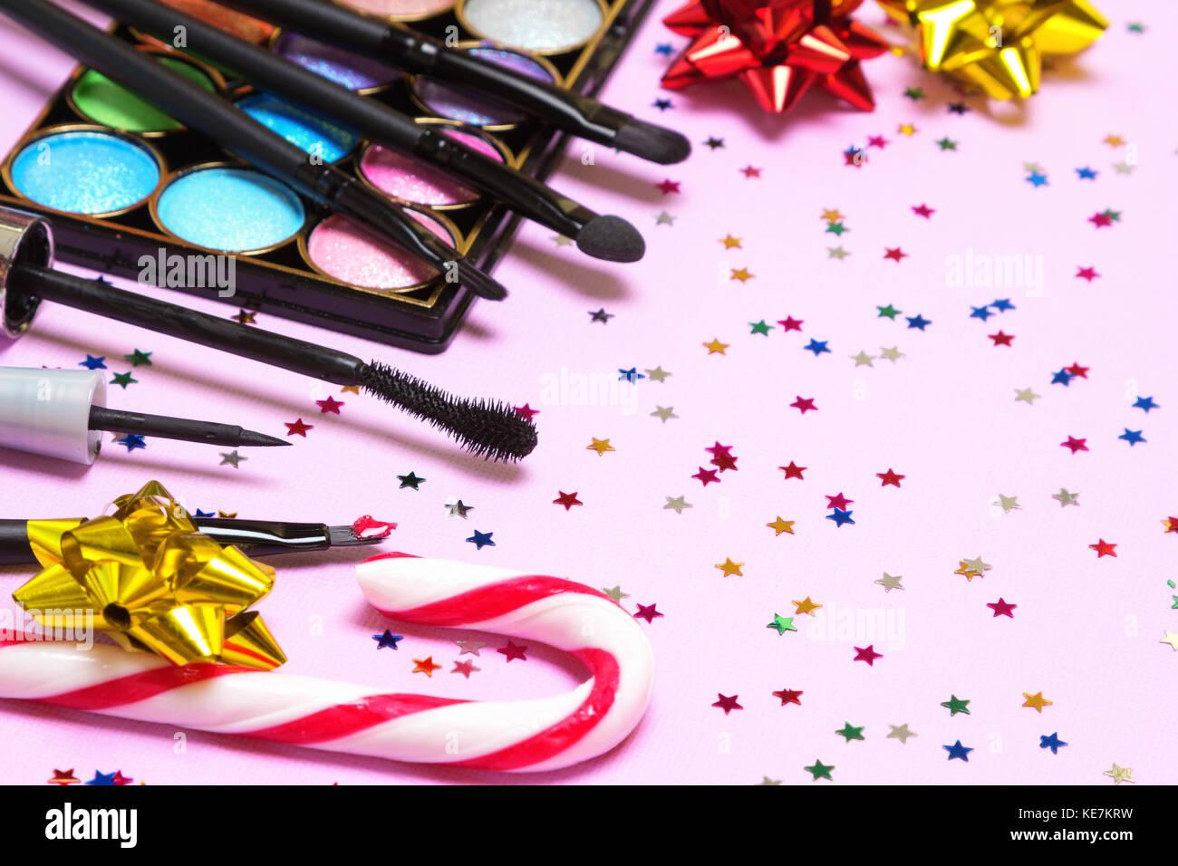 Make-up für Holiday Party. roten Lippenstift, Eyeliner liquid, Mascara, Farbe glitzer Lidschatten, Pinsel und Stockbild