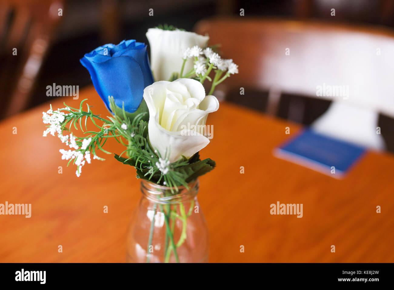 In Der Nahe Von Atrificial Blaue Und Weisse Rosen Als Tischdekoration