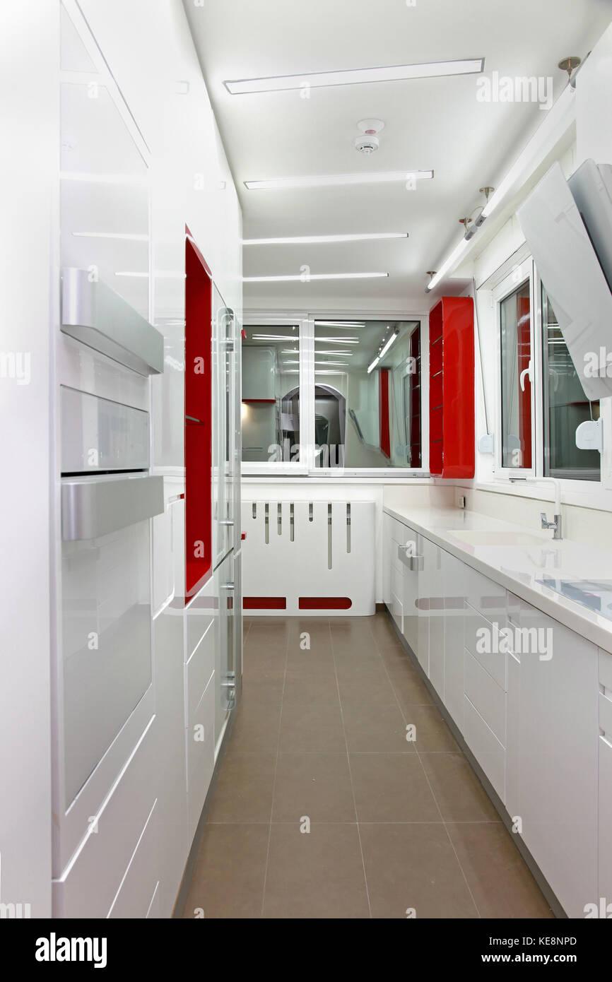 Laege Moderne Heimische Küche Einrichtung Mit Weißen Schränke Stockbild