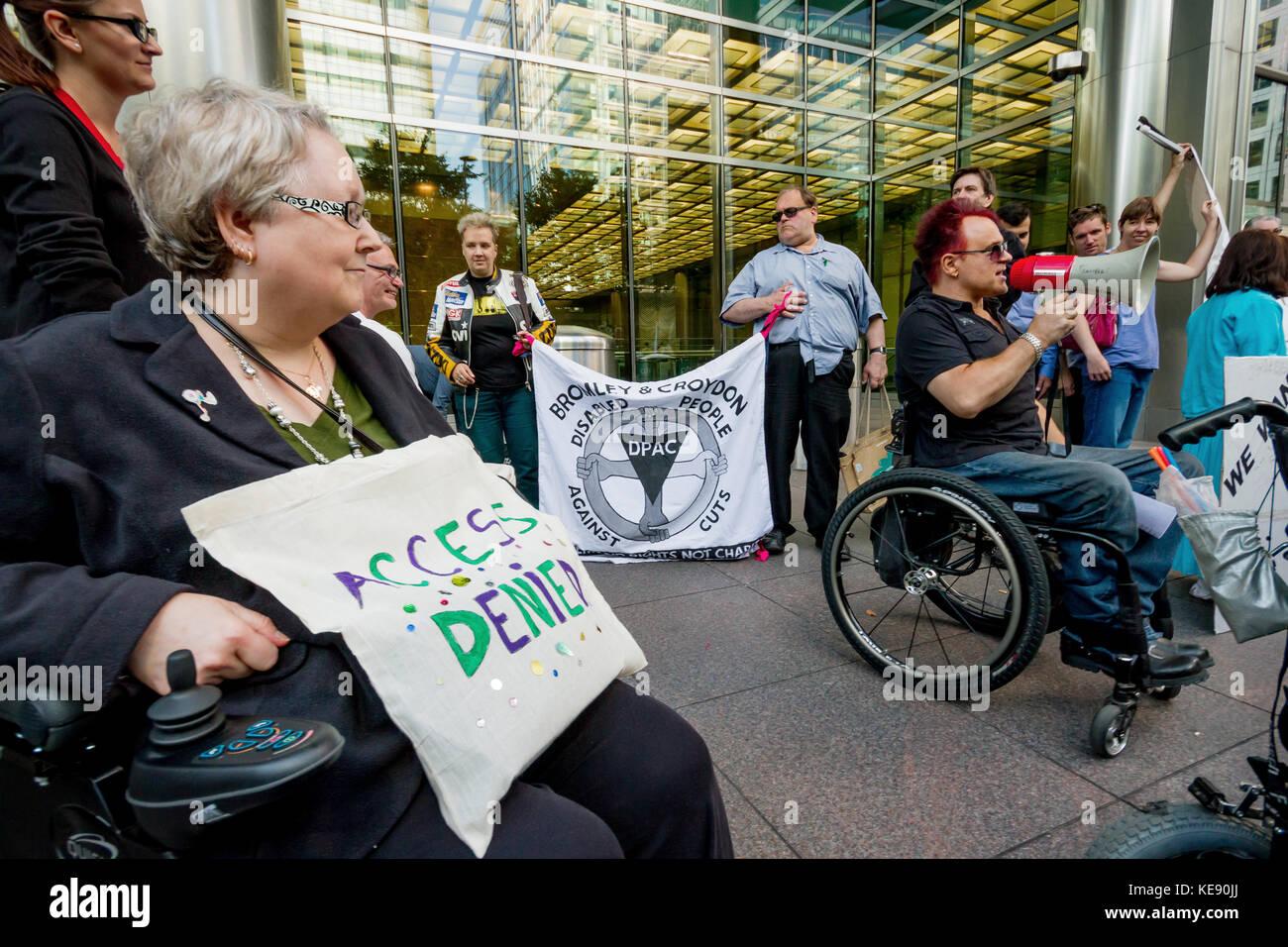 Behinderung Mitkämpfer Protest außerhalb der Crossrail Hauptverwaltung in Canary Wharf, London, Großbritannien. Stockbild