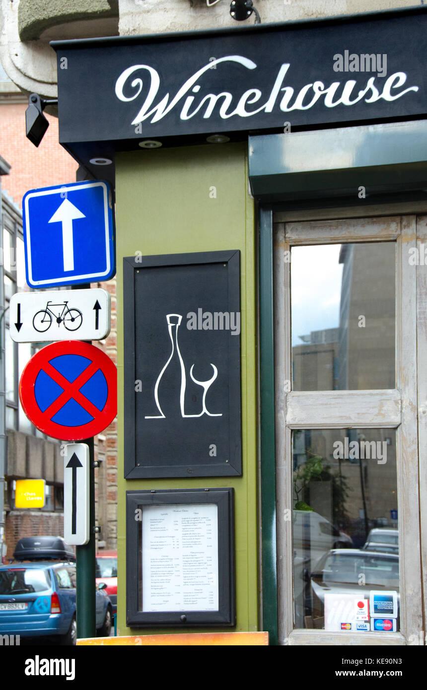Brüssel, Belgien. Winehouse und Verkehrszeichen Stockbild