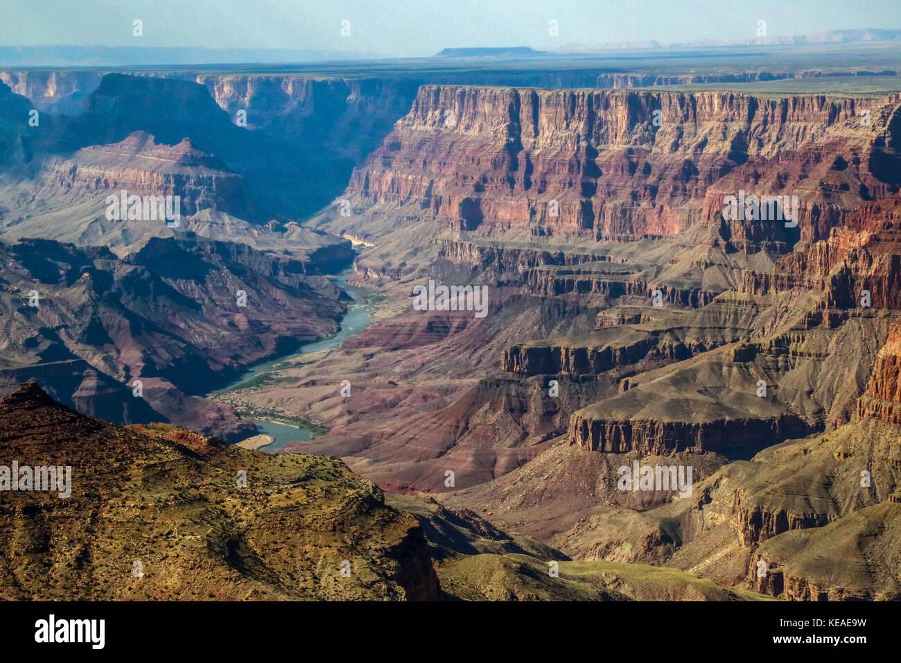 Der Colorado River kann in diesem Blick vom South Rim des Grand Canyon gesehen werden. Stockbild